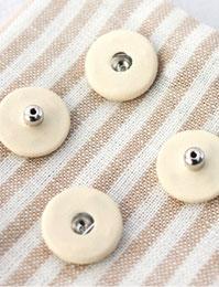 【ボタン】くるみスナップボタン(ライトイエロー、レッド、ホワイト、ブラウン、ブラック、ピンク)