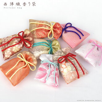 I do the selection of pattern in entrusting you in faintly fragrant Nishijin brocade fragrance bag scent bag scent bag - drawstring purse cloth of gold bag and drawer in a shop.