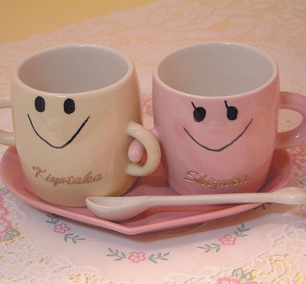 名入り、名入れ、なかよしペアマグカップセット(ソーサー、スプーン付)、文字金色着色。送料無料(沖縄と離島を除く)結婚記念、結婚祝いギフト、結婚祝いプレゼント。母の日ギフト、父の日ギフト、敬老の日ギフト【RCP】