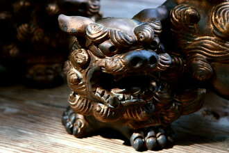 I smoke it and am made in gold, threat Shisa (very much) mascot, entrance, feng shui goods, Japan