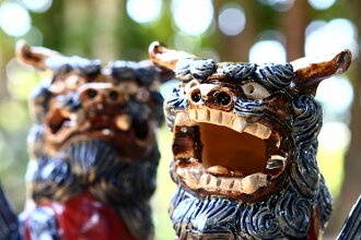 Product made in studio original / red glazing dancer on a ball 招福 Shisa (very much), feng shui goods, mascot, Japan
