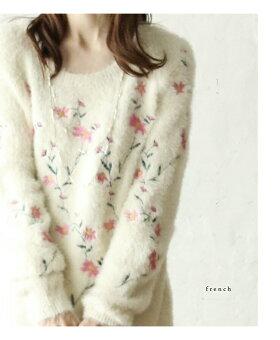 可愛いピンクの刺繍のゆるふわニット