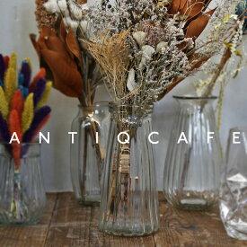 円錐形の趣がインテリアを引き締める。エンボス加工がどこかレトロなクリアフラワーベース。お花のある生活にかかせないおしゃれ花瓶 アンティカフェ