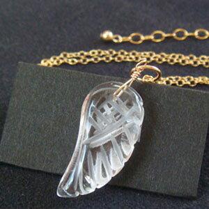水晶の天使の羽のネックレス(水晶 4月 アクセサリー アクセ ペンダント 誕生日 プレゼント 女性 レディース 女の子 かわいい 夏のおしゃれ 涼しげ 喜ばれる クリスタル 大粒)