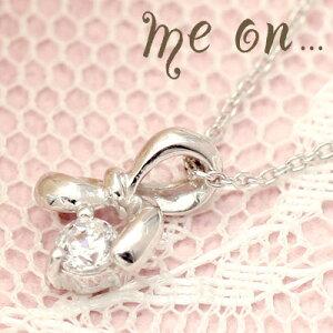 me on... 送料無料プチリボンと一緒に 小さなダイヤモンドのガーリーなペンダント K10ホワイトゴールドWG ダイヤモンド プチリボンチャームネックレス お届けまで2〜3週間程 プレゼント 春夏