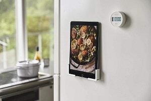 マグネットタブレットホルダー キッチンスマホホルダー 挟んで固定 様々なサイズに対応可 大きさに合わせて設置 ハンズフリー ホワイト ブラック 白 黒 冷蔵庫 収納 スマートフォンフォル
