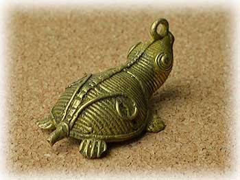 【インド雑貨】アディヴァシーと呼ばれるインド先住民の工芸品・伝統技術のロストワックス(脱蝋法)で制作されたトライバルアート・ドクラの鋳造作品・カメ・No.1180
