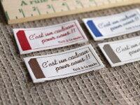 Pres-deオリジナルテキストラベルタグ4枚セット■ハンドメイド作品のワンポイントのラベルとしてお使いいただける手芸用刺繍タグです