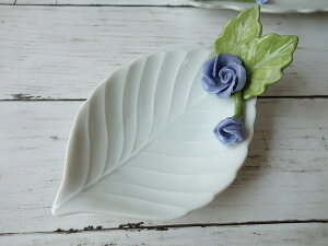 高級白磁材質ローズデコ16cm木の葉の小皿(ブルーローズ)ロココ調 かわいい おしゃれ 日本製 バラ 薔薇 お香立て アウトレット込み インスタ映え