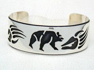 是indianjueribanguruhopihopi族的藝術家George Phillips先生收成的銀子手鐲(手鐲)。 提高基本工資&beapau(喬治·飛利浦)indianjueribanguruhopi