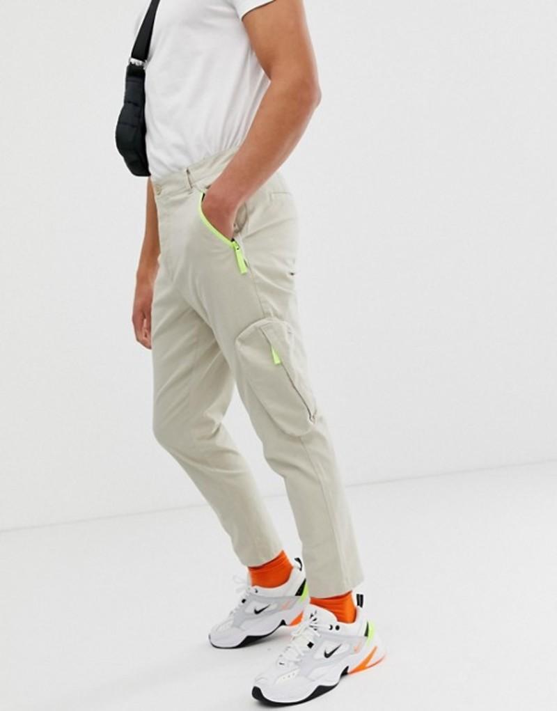 エイソス メンズ カジュアルパンツ ボトムス ASOS DESIGN tapered cargo pants in beige with neon zip pockets Cement