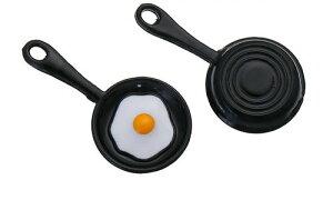 【メタルチャーム】 1個 [フライパン目玉焼き型]/アクセサリーチャームアクセサリーパーツ/ピアスイヤリングネックレスなどに/28mm×15mm