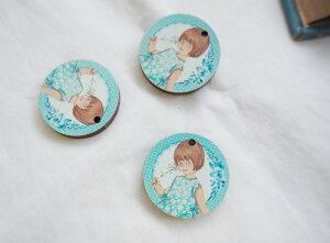 フランスボタン(青い小さな女の子)1個 レトロフレンチデザインボタン 木製ボタンフランス製フレンチボタン/ボタンの大きさ2.5cm×2.5cm