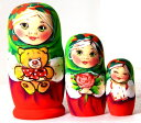 ぬいぐるみを抱く少女「アリーナ 緑頭巾」マトリョーシカ3個組 (10.5cm)【マトリョーシカ】