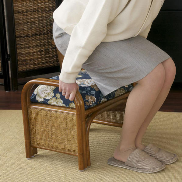 籐らくらく座椅子 取っ手付きで立ち座りしやすい籐製座椅子 玄関ベンチ クッション仕様でやわらかい座り心地 創業100年 籐家具専門メーカーの技術 ラタン製で軽いいす 敬老の日 父の日 母の日 祖父 祖母 プレゼント おすすめ R719HRA
