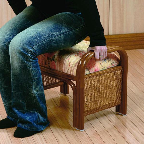 籐らくらく座椅子 取っ手付きで立ち座りしやすい籐製座椅子 玄関ベンチ クッション仕様でやわらかい座り心地 創業100年 籐家具専門メーカーの技術 ラタン製で軽いいす 敬老の日 父の日 母の日 祖父 祖母 プレゼント おすすめ R719HRJ