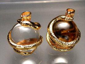 ●ゴールド【天然水晶を抱えた白蛇 ペンダントトップ】サイズ:縦約32ミリ 水晶の直径約20ミリ 透明水晶にヘビが巻き付く最高の運気アップアイテム【of】