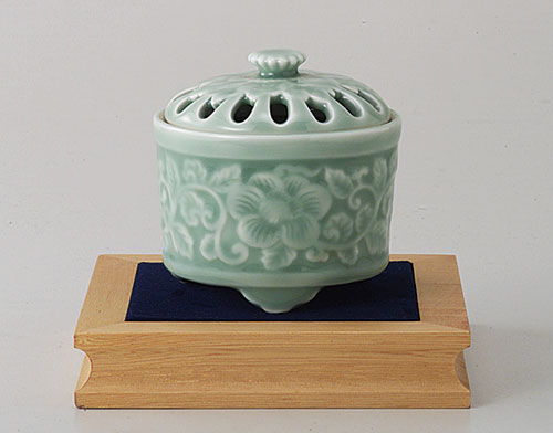 香炉 お香 香木 陶器 磁器 有田焼 青磁牡丹彫 香炉(木箱入) (saiky-d93-03035)