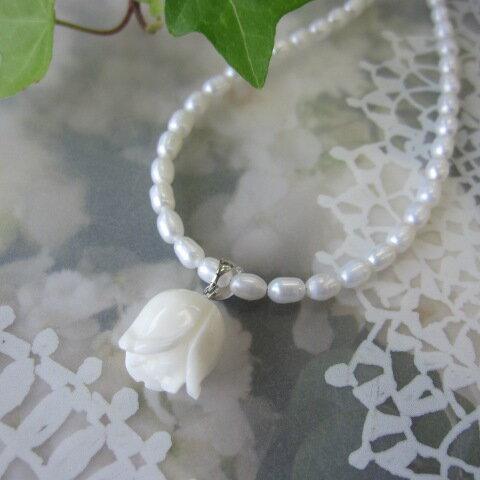 白珊瑚の清楚な薔薇のつぼみとパールのペンダントネックレスSILVER/淡水真珠/『宝石サンゴ』