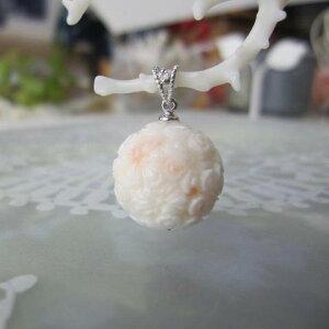 全面彫り白珊瑚桜の彫りペンダントトップ(15.7ミリ)/K18WG/ダイヤ0.01ct/『宝石サンゴ』