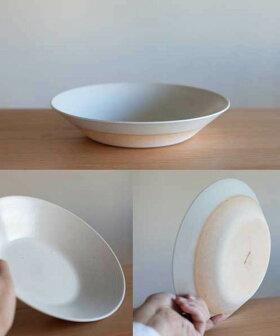 高台のないシンプルデザインの鉢[b2c信楽奥田窯プレートLディープ(直径240x高さ45mm)]