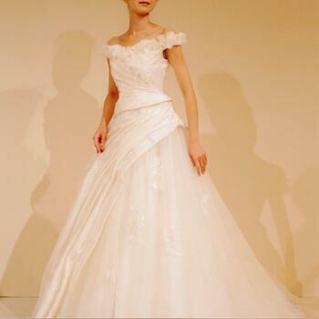 ウェディング ドレス レンタル(11〜15号)[pl012]「フラワーオフショルダー」【胸元にボリュームの出るお花をあしらったかわいいウェディングドレスです。スカートはシフォンと小花がたっぷり!】【fy16REN07】