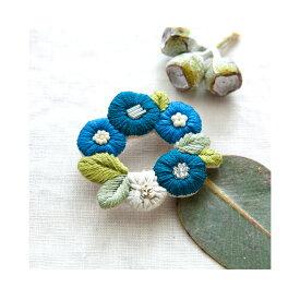 \夏SALE/刺繍 キット piece K.omonoさんの刺しゅうアクセサリーキット fioret wreath brooch blue 【メール便可】ボタニカル 植物 お花のブローチ