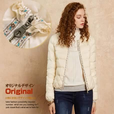 オリジナルデザイン 冬新作 大人可愛い 暖かい 防寒 アウター 上質ダウン90% ナチュラル シンプル フリル 民族風 チロリアン 刺繍 白 アイボリー キルティング ノーカラー ショートダウンコート ダウンジャケット