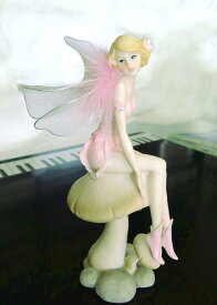 透き通るような妖精のオブジェ【きのこに座るニンフ】ビスクドールのようなレジン製ファンタジーなインテリアうす羽とをまとったフェアリー