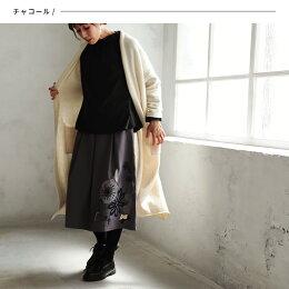 スカートM/L/LLサイズ裾にあしらったさりげない花刺繍で、大人の華やぎを。花柄刺繍タックフレアスカートレディース/ミモレ/膝下丈/ピーチスキン風/ボトムスsoulberryオリジナル