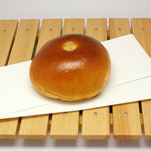 【黒あんパン】甘さを抑えた黒あんは北海道産の特級大納言。桜の花の塩漬けがあんの甘さを引き立てます(1個約67g)