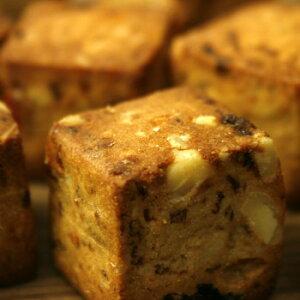 コロンと可愛いキューブ形でポイッと手軽に食べられるクッキーです。麦粉のかわりに大麦粉と大豆粉を使っているからとってもヘルシー。 生産国:日本 賞味期間:90日