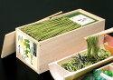 安全な国内産そば粉・国内産小麦粉を使用。その上に茶処・宇治の高級抹茶をたっぷりと錬り込み、抹茶の風味を生かすため、2昼夜もの時間をかけて低温庫内で熟成し、冷風で乾燥した抹茶の香り高い茶そばです。萌えるような美しい緑のそばを、「萌木」と名付け、