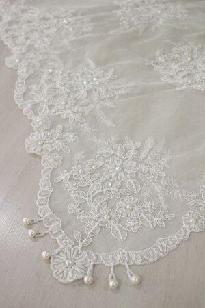 ハンドメイドのビーズ刺繍が美しいレースのテーブルセンター・Lサイズ82×82cmテーブルランナーレースホワイト輸入雑貨
