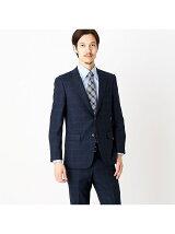 すっきりとした細身シルエットのスーツ