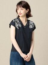 BY フラワーししゅうVネックTシャツ