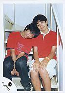 【中古】生写真(ジャニーズ)/アイドル/ジャニーズJr. 生田斗真・風間俊介/ジャニーズJr.時代/階段・赤シャツ・風間生田の肩に寄りかかり/公式生写真【タイムセール】