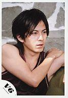 【中古】生写真(ジャニーズ)/アイドル/V6 V6/岡田准一/バストアップ・衣装タンクトップ紫・右手左肩・目線右/公式生写真