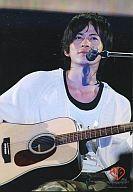 【中古】生写真(ジャニーズ)/アイドル/V6 V6/岡田准一/ライブフォト・上半身・衣装白・ギター・背景黒・ロゴ「10th Anniversary」/公式生写真