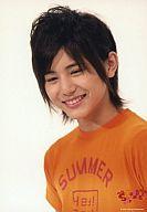 Say JUMP/山田涼介/バストアップ・Tシャツオレンジ・左向き・笑顔・背景白/サマーなら歌って踊けて Johnnys SUMMARY  2008/公式生写真