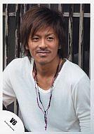 【中古】生写真(ジャニーズ)/アイドル/V6 V6/森田剛/バストアップ・衣装白・ネックレスピンク黒・背景フェンス/公式生写真