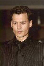【中古】生写真(男性)/俳優 ジョニー・デップ/バストアップ・衣装黒・ネクタイ・ポストカードサイズ/生写真