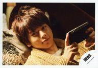 【中古】生写真(ジャニーズ)/アイドル/NEWS NEWS/増田貴久/横型・仰向け・タブレット・カメラ目線/公式生写真