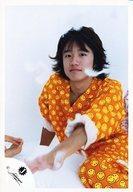 【中古】生写真(ジャニーズ)/アイドル/ジャニーズ ジャニーズ/風間俊介/膝上・座り・パジャマオレンジ黄・左手前・羽毛・背景白・2/公式生写真