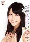 【中古】生写真(AKB48・SKE48)/アイドル/AKB48 横山由依/顔アップ・両手組み/AKB48 CAFE & SHOP限定A4サイズ生写真ポスター