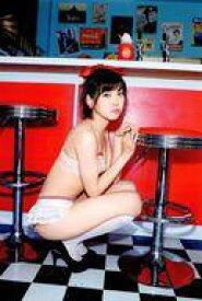 【中古】ポストカード(女性) 渡辺美優紀/背景:カウンター・しゃがみこみ ポストカード 「写真集 『MW』」 封入特典