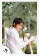 【中古】生写真(ジャニーズ)/アイドル/V6 V6/岡田准一/上半身・シャツ白・右手上げ・背中見せ・振り向き/公式生写真