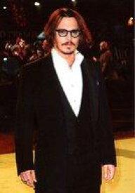 【中古】生写真(男性)/俳優 ジョニー・デップ/膝上・衣装黒・白・眼鏡・口閉じ・右向き/生写真