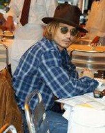 【エントリーでポイント10倍!(7月11日01:59まで!)】【中古】生写真(男性)/俳優 ジョニー・デップ/膝上・座り・衣装青・白・チェック柄・サングラス・帽子・右向き・六つ切りサイズ/公式生写真