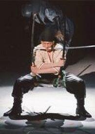 【中古】生写真(男性)/歌舞伎役者 坂東巳之助(ロロノア・ゾロ)/ライブフォト・全身・衣装白・黒・手拭巻き・足開き・三刀流・2Lサイズ/「スーパー歌舞伎II ワンピース」ブロマイド